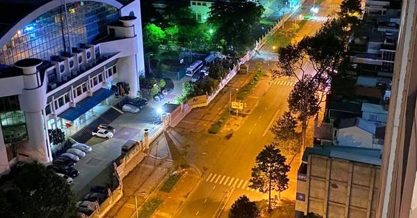 Những ngã tư vắng đến hiu hắt trong ngày đầu Sài Gòn không ra đường sau 18h