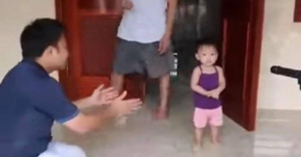 Bố dang tay bế nhưng con gái nguây nguẩy không theo, biết lý do ai cũng xúc động