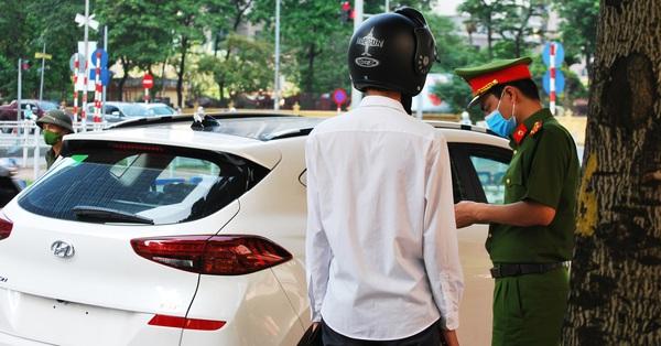 Chuyện tại chốt kiểm soát dịch ở Hà Nội: Nữ giám đốc không có giấy thông hành vì... không thể ký cho mình!
