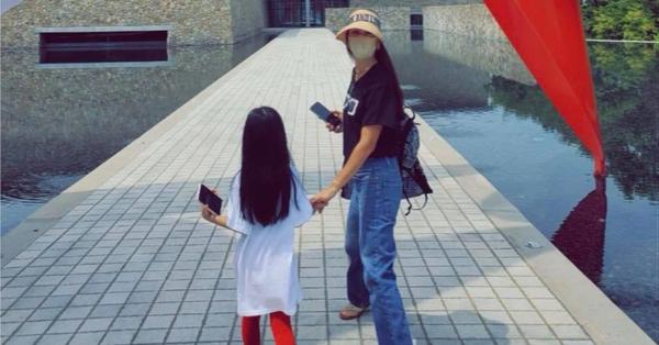 Con gái Jang Dong Gun nổi bần bật nhờ vóc dáng mảnh khảnh không kém gì mẹ