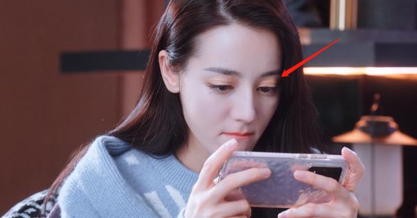 Netizen chê Địch Lệ Nhiệt Ba trang điểm