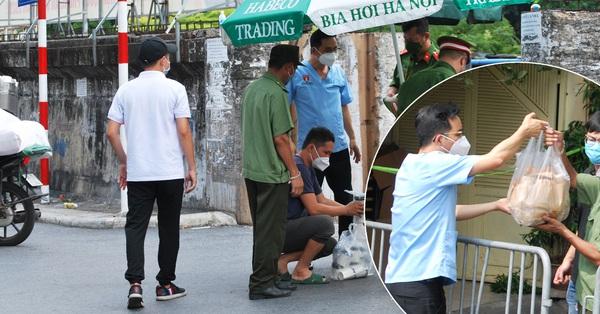 Người dân Hà Nội tiếp nhu yếu phẩm cho các chốt trực tại con phố có nhiều hộ gia đình bị cách ly