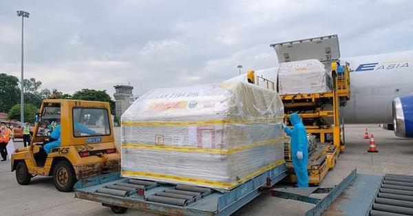 Hơn 97.000 liều vắc xin phòng COVID-19 của Pfizer/BioNtech đầu tiên đã về Việt Nam