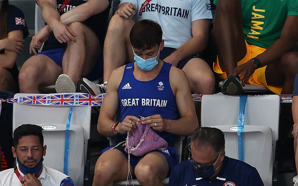 """""""Nam thần"""" say sưa đan len trên khán đài Olympic Tokyo 2020"""