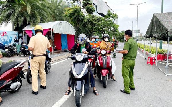 Người dân TP Hồ Chí Minh qua chốt kiểm soát COVID-19 cần chuẩn bị những gì?