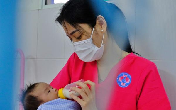 """Nữ tình nguyện viên chăm sóc con của các sản phụ nhiễm COVID-19 chưa được đón về: """"Nhìn bé bú lại nhớ 2 con ở nhà"""""""
