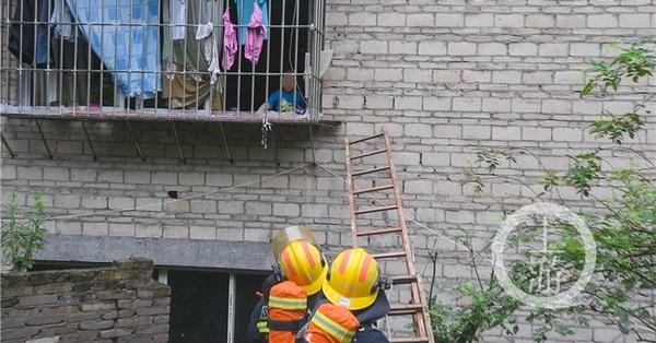 Ở nhà một mình không mở được TV, cậu bé gọi điện cho mẹ báo cháy khiến 42 lính cứu hỏa vội vàng tới cứu