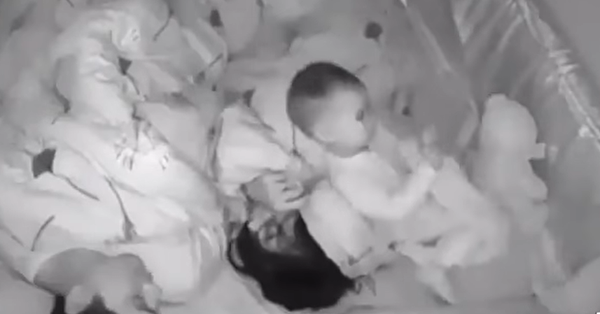 Con mãi không chịu ngủ, bố mẹ bí mật làm một điều nhưng vẫn không qua nổi con mắt tinh tường của bé