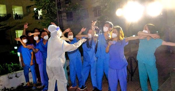 Giai điệu yêu thương từ trong bệnh viện dã chiến: Phương Thanh, Tóc Tiên, Cẩm Vân, Quốc Đại... hát phục vụ 2.000 F0, làm thợ cắt tóc cho bác sĩ điều trị COVID-19