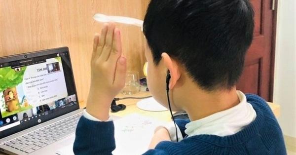 """Trường tiểu học """"bê"""" nguyên thời khóa biểu ở lớp vào dạy online, phụ huynh sợ con căng não, hại mắt vì ngồi máy tính quá nhiều"""