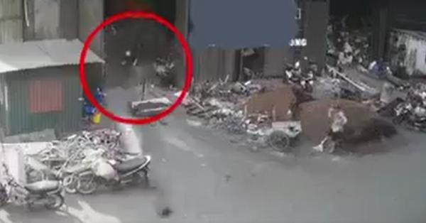 Kinh hoàng: Bình oxy bất ngờ bốc cháy, lao như tên lửa rồi phát nổ giữa phố
