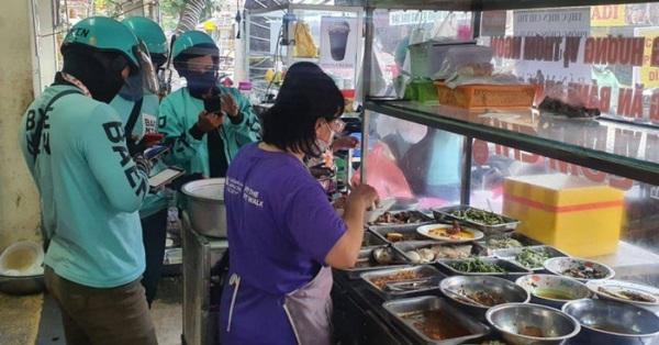 """Sài Gòn: Dân tình miệng than giá ship cao ngang giá đồ ăn, tay vẫn chốt đơn lia lịa vì """"thèm quá rồi!"""""""