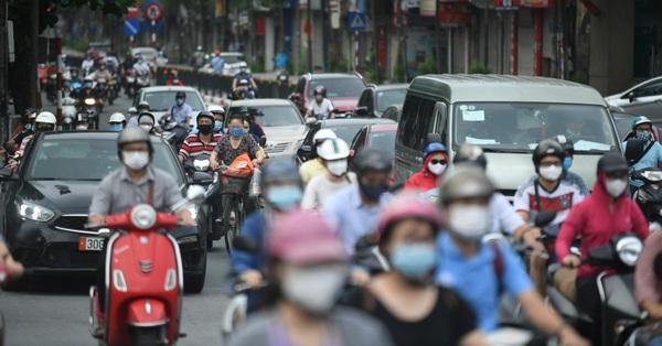 Người dân ở Hà Nội túa ra đường sau khi nới lỏng giãn cách
