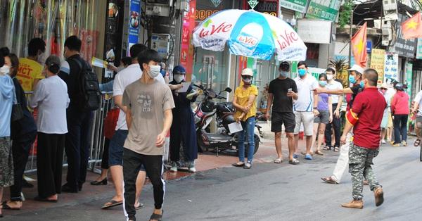 Người Hà Nội xếp hàng mua bánh Trung thu ở làng nghề bánh mứt kẹo truyền thống