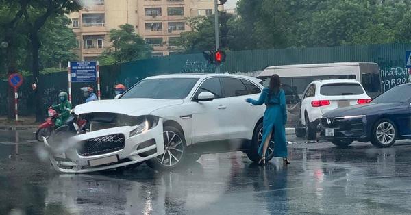 Hà Nội: Vượt đèn đỏ, 2 xe sang Mercedes GLC và Jaguar F-Pace tông nhau giữa ngã tư, nữ tài xế bị thương