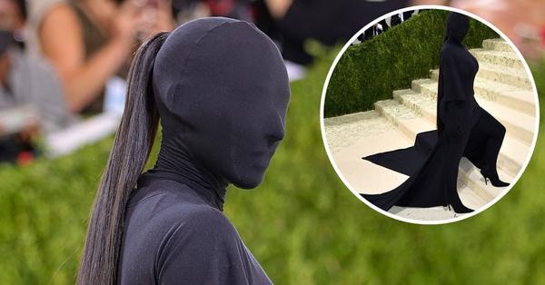 """Bộ phận duy nhất """"lòi"""" ra ngoài của Kim Kardashian có khi còn đắt hơn cả outfit"""