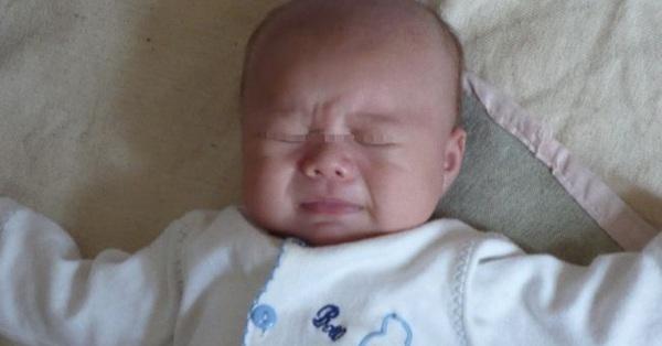 Con trai quấy khóc ngày đêm, mẹ suy sụp khi nghe hàng xóm phán đó là