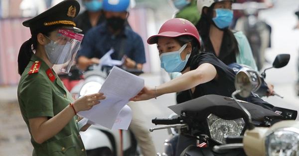 NÓNG: Hà Nội cho phép người dân tiếp tục sử dụng giấy đi đường cũ