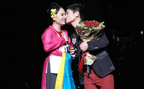 Tấn Minh hôn vợ nồng nàn ngay trên sân khấu