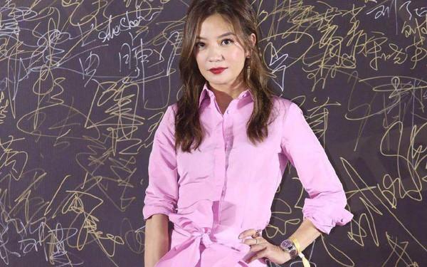Triệu Vy mặc váy lùng bùng vẫn chẳng ngại làm điều khiến netizen nể phục
