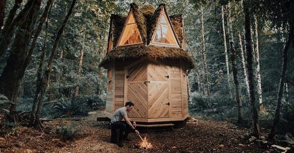 Ngôi nhà nhỏ xíu kiểu cabin xinh đẹp như trong truyện cổ tích nhờ thiết kế mái che đáng yêu