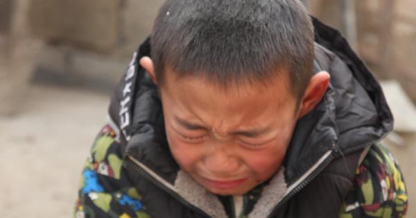 Xót xa cảnh bé trai 7 tuổi cầu xin được vào trại mồ côi khi cha mất, mẹ ôm tiền bỏ đi