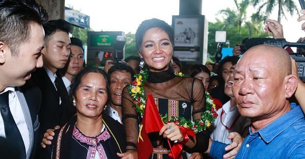 H'Hen Niê bật khóc nức nở khi vừa đặt chân về Việt Nam sau hành trình thần thánh tại Miss Universe 2018
