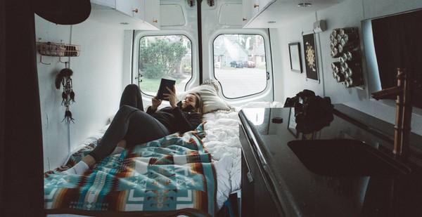 Những ai thích đi du lịch, cuộc sống chỉ cần một chiếc ô tô với nội thất cần thiết bên trong là đủ