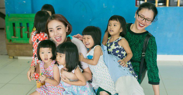 Miko Lan Trinh giản dị đi từ thiện cùng Hoa hậu nhân ái Mrs Brunei