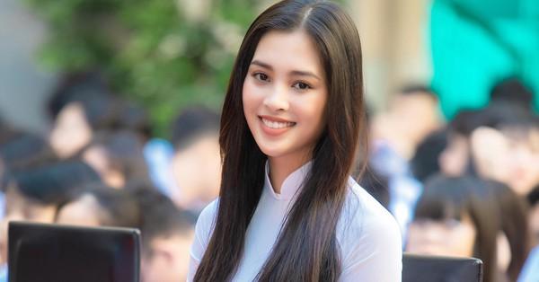 Trang điểm nhẹ như không, Hoa hậu Tiểu Vy vẫn xinh hút hồn khi về thăm lại trường cấp 3