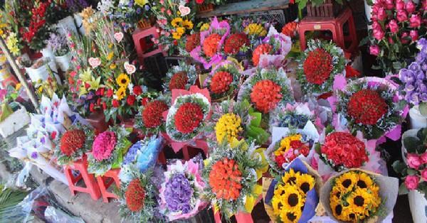 Các cửa hàng hoa tấp nập buôn bán không đủ giao cho khách, giá hoa tươi tặng chị em tăng mạnh vào sát ngày Phụ nữ Việt Nam 20/10