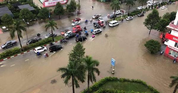 ẢNH: TP Vinh chìm trong biển nước, người dân bì bõm trên đường sau 2 ngày mưa lớn