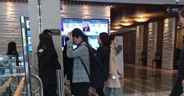 Độc quyền: Fan hâm mộ lẳng lặng xếp hàng đợi viếng Sulli lần cuối, nhìn đâu cũng chỉ thấy nước mắt và tiếng nấc nghẹn