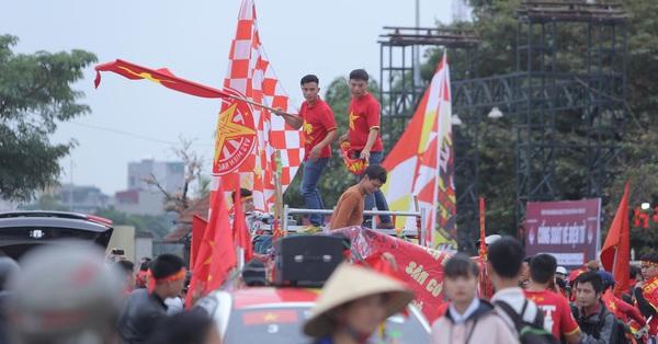 Trước lúc bóng lăn trận Việt Nam và UAE, hàng ngàn cổ động viên đã