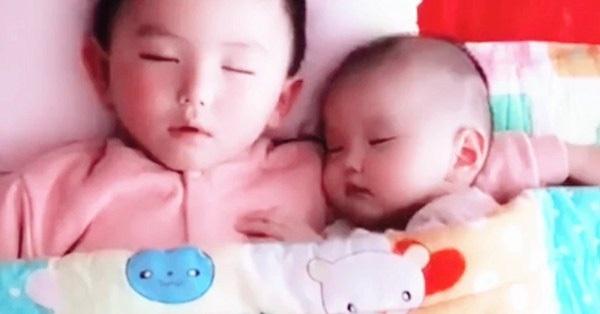 Con trai lớn và con gái nhỏ đang ngủ, người mẹ vén chăn lên kiểm tra lập tức đỏ hoe mắt với cảnh tượng nhìn thấy