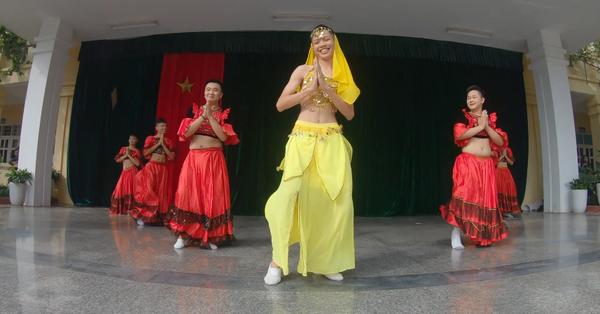 """Lớp ít con gái, 7 cậu học sinh """"liều mình"""" lên múa Ấn Độ nhân ngày 20/11: Tưởng không ra gì mà lắc mông điệu nghệ không tưởng!"""