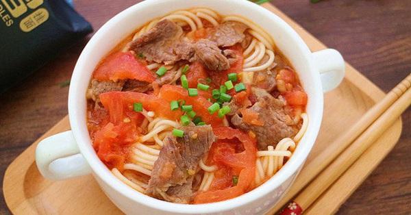 Tối về muộn, tôi làm nồi mì bò cà chua, cả nhà vừa ăn vừa tấm tắc khen ngon