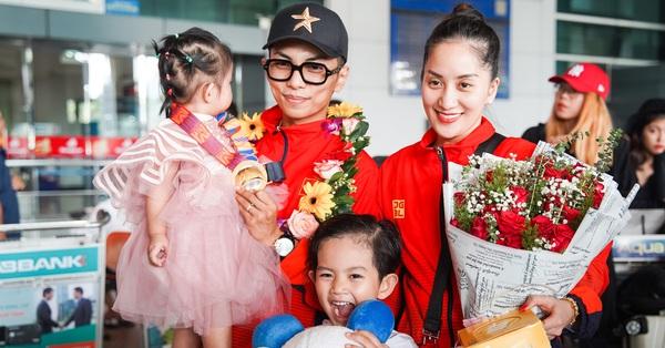 Giành huy chương vàng Sea Games, Khánh Thi - Phan Hiển được nhân vật đặc biệt này chờ đợi ở sân bay để đón về nhà