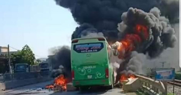 Xe giường nằm cháy dữ dội khi đang chạy, Quốc lộ 1A ách tắc nhiều giờ