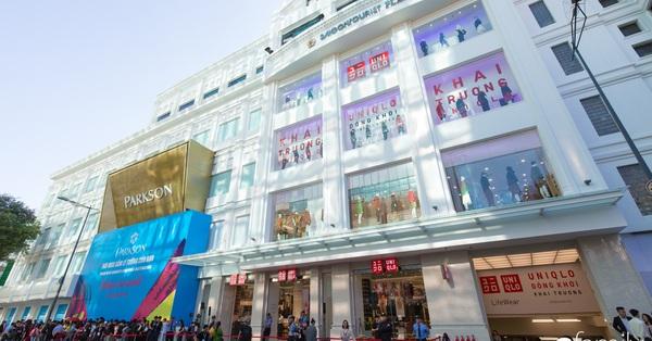 """UNIQLO Việt Nam chính thức khai trương, nhân viên cầm giỏ đưa tận tay khách hàng, """"đả nữ"""" Ngô Thanh Vân cực xinh làm hình ảnh đại diện"""