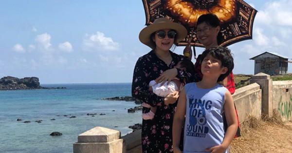 """Đang ở cữ, Thanh Thúy """"đánh liều"""" bế con 1 tháng tuổi ra đảo thăm chồng"""