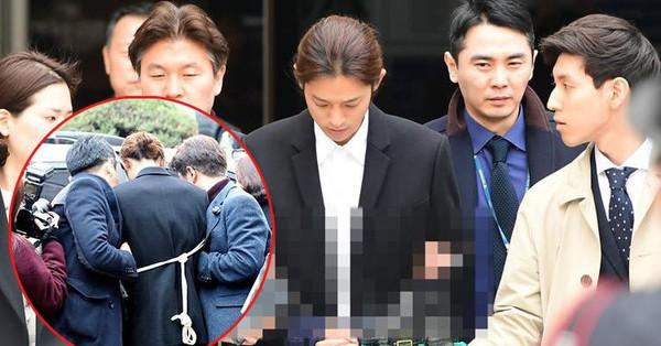 Nóng: Jung Joon Young bị trói, còng tay áp giải đến phòng giam tại đồn cảnh sát
