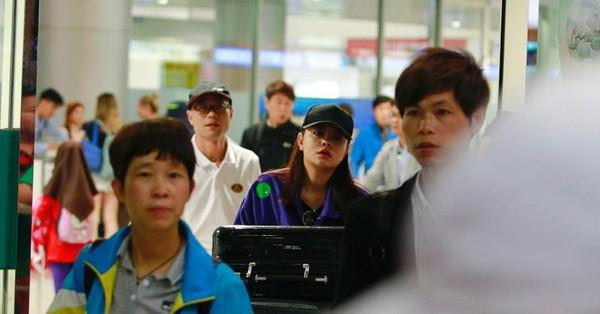 Phạm Quỳnh Anh xuất hiện mệt mỏi, tiều tuỵ ở sân bay vào đêm khuya vội vã về nhà chăm con sau 20 tiếng trên máy bay