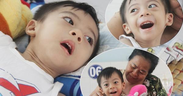 Ánh mắt cầu cứu của bé trai 3 tuổi bị bại não, không có mẹ chăm sóc, nằm viện với bà nội mà thiếu tiền chữa trị