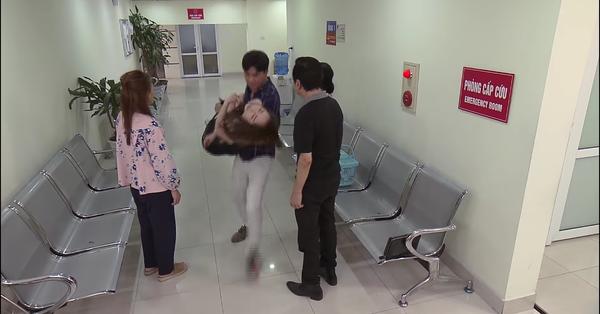 ''Về nhà đi con'' tập 64: Con trai nhập viện mà không biết, Vũ còn bế Nhã đi cấp cứu trước mặt Thư và bố mẹ