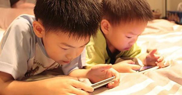 Sử dụng điện thoại như một ''vú em'', cha mẹ không hay biết tác hại khủng khiếp với con mình