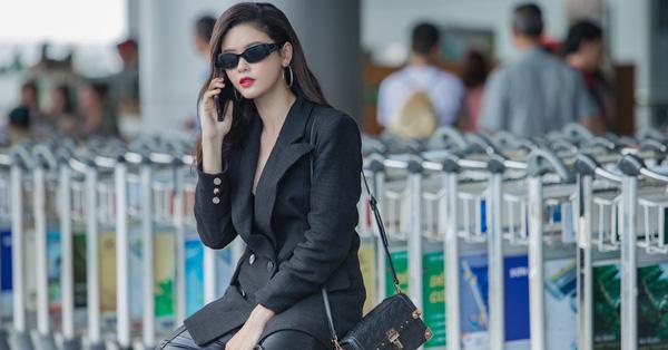 Trương Quỳnh Anh diện ''cây đen'', khoe vóc dáng ngày càng gợi cảm ở sân bay