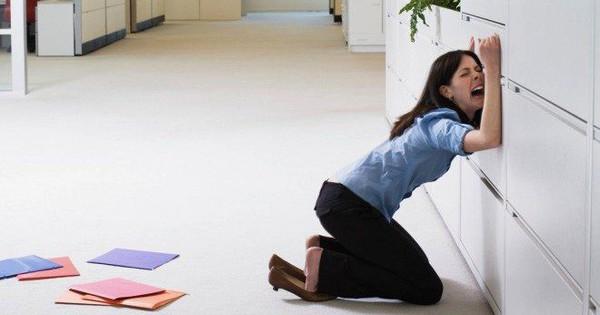 Khảo sát mới cho thấy: 80% dân công sở từng khóc trên văn phòng, nguyên nhân chủ yếu là do sếp khắt khe và đồng nghiệp xấu tính!
