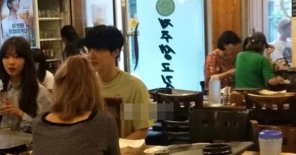 Ahn Jae Hyun lộ ảnh đi chơi cùng 3 cô gái lạ sau thông báo ly hôn của Goo Hye Sun