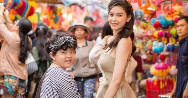 Trương Quỳnh Anh lần đầu cho con trai cưng ''cosplay'' chú Cuội dạo phố lồng đèn